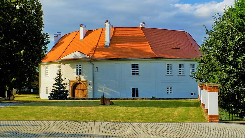 Zdánlivě kruhová budova zámku Nepomyšl je nepravidelný šestnáctistěn, který uvnitř skrývá nádvoří ve tvaru pětiúhelníku