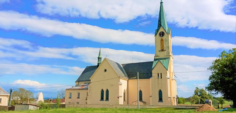 Kostel Nanebevzetí Panny Marie v Cholině je jedním z nejznámějších poutních míst na severu Moravy