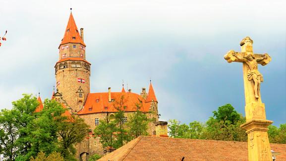 Bouzovská hradní věž pohledem z bouzovského náměstí