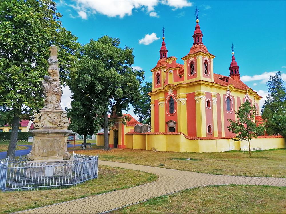 Kostel svatého Václava hraje do daleka všemi barvami, a co teprve uvnitř