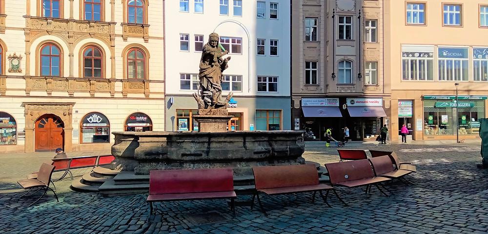 NKP Herkulova kašna musela ustoupit z původního místa na olomouckém Horním náměstí Sloupu Nejsvětější trojice