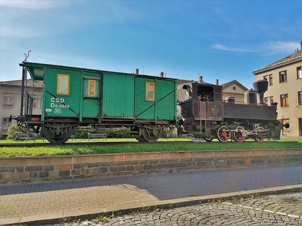 Lokomotiva zvaná Kafemlejnek zdobí prostředí před přerovským nádražím