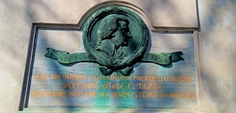 Deska na Kapitulním děkanství napovídá, že génius Mozart vděčí zdejší budově za záchranu života; v roce 1767 ho tu zdejší vikář Leopold Podstatský léčil půl rok z černých nešťovic, kterými se nakazil v Salcburgu