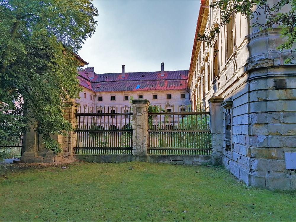 Ze zámku v Postoloprtech měl být hotel; zatím se jen rozpadá