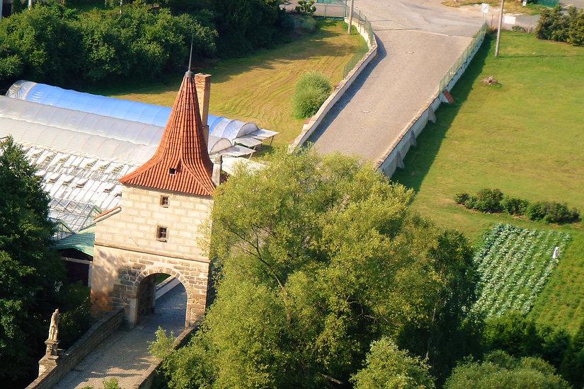 Pohled na výjimečnou mosteckou věž přes