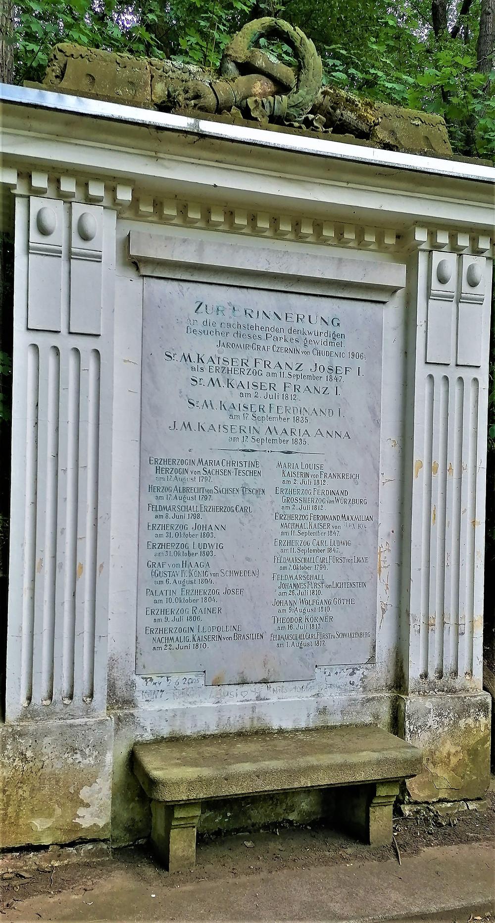 Černínové si v zámeckém parku nechali udělat památník slavných návštěvníků