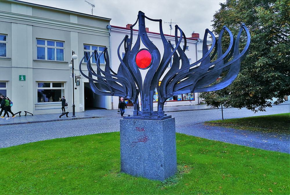 Náměstí v Lipníku nad Bečvou s uměleckou plastikou Tilia; jde o dílo Alfreda Habermana