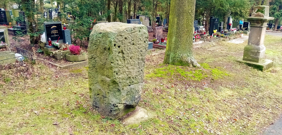 Odpočivný kámen  oseckého kláštera umístěný na hřbitově v Mostě
