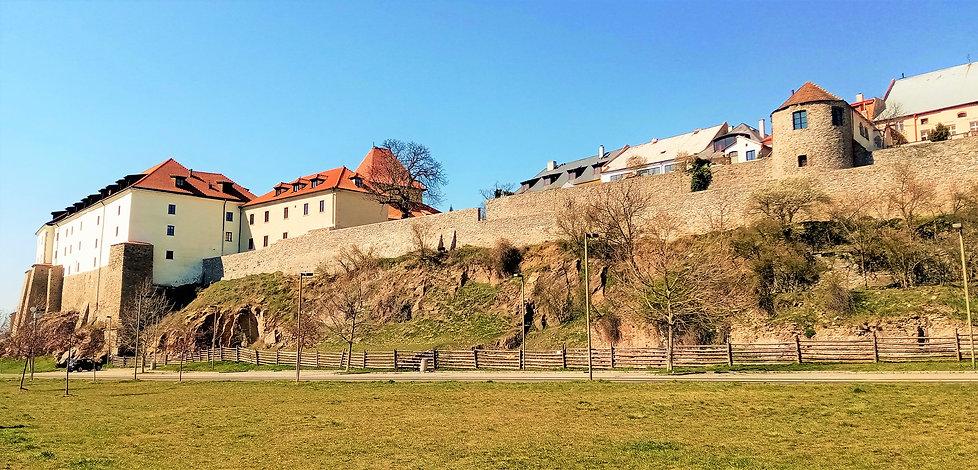 Pohled na kadaňský hrad od řeky Ohře.jpg