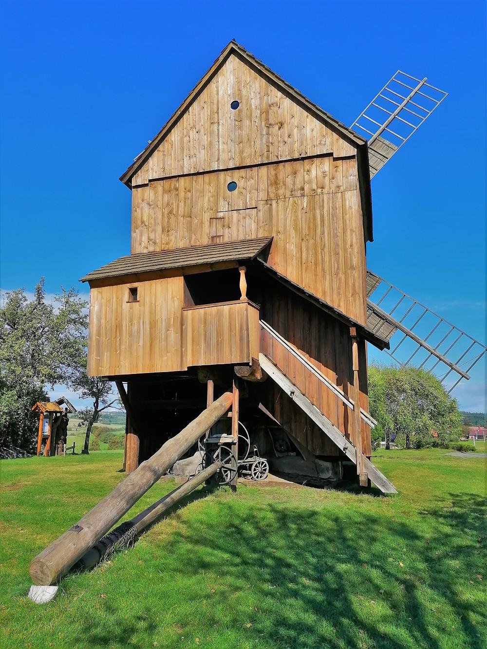 Větrný mlýn v Partutovicích je i nadále udržován v provozuschopném stavu je ho možné navštívit