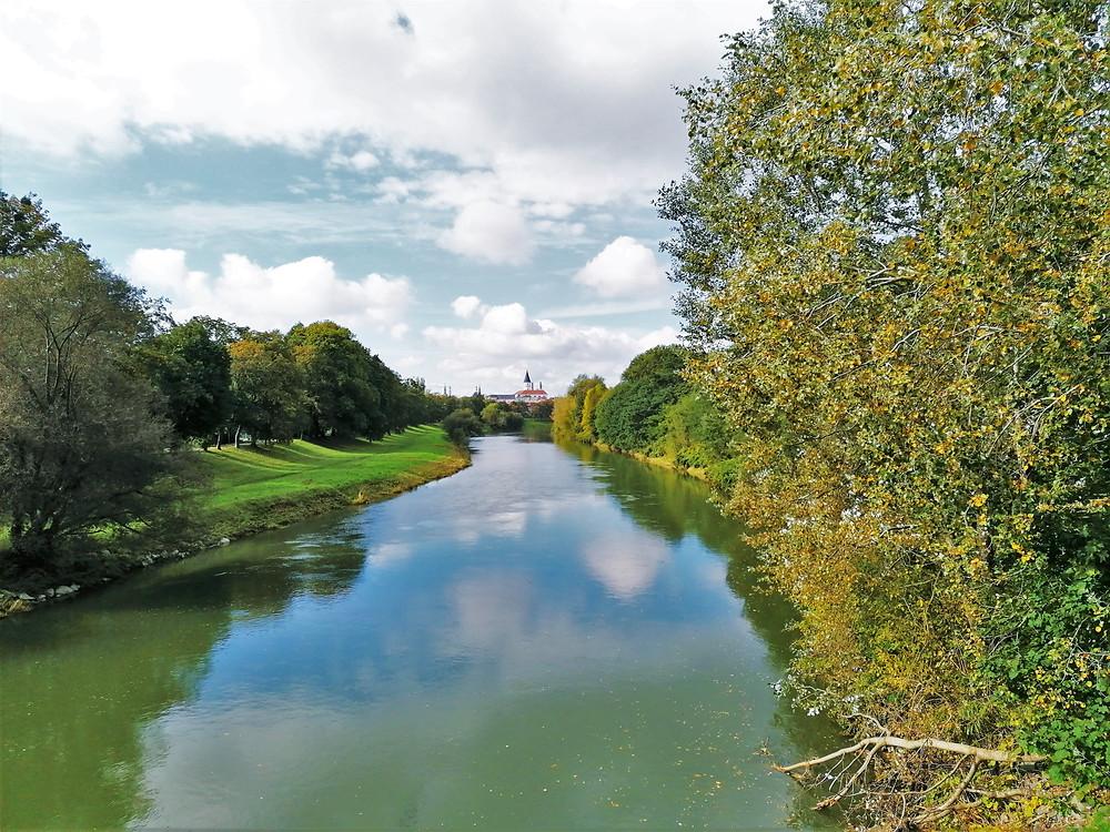 Řeka Bečva tekoucí do centra Přerova