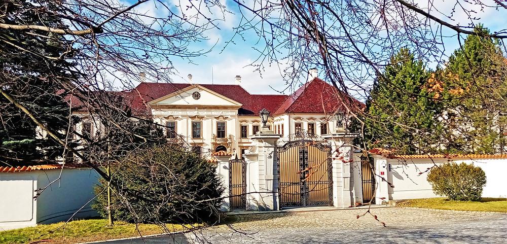 Zámek v Kolodějích využívala do roku 2009 česká vláda; dnes je v soukromých rukou a spolumajitelem je majitel třineckých železáren Tomáš Chrenek