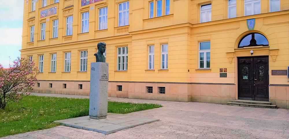 Do litovelského gymnázia chodil Jan Opletal; od roku 1979 je před vchodem busta od sochaře Miloše Axmana