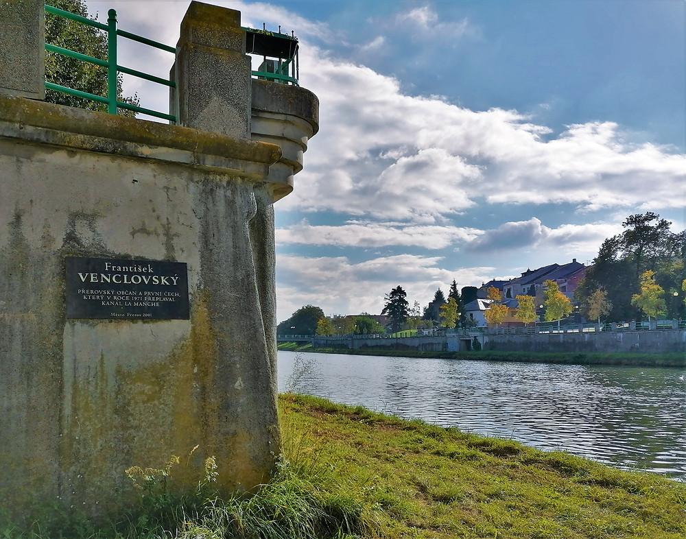 Umístění pamětní desky Františka Venclovského na náplavce řeky Bečvy