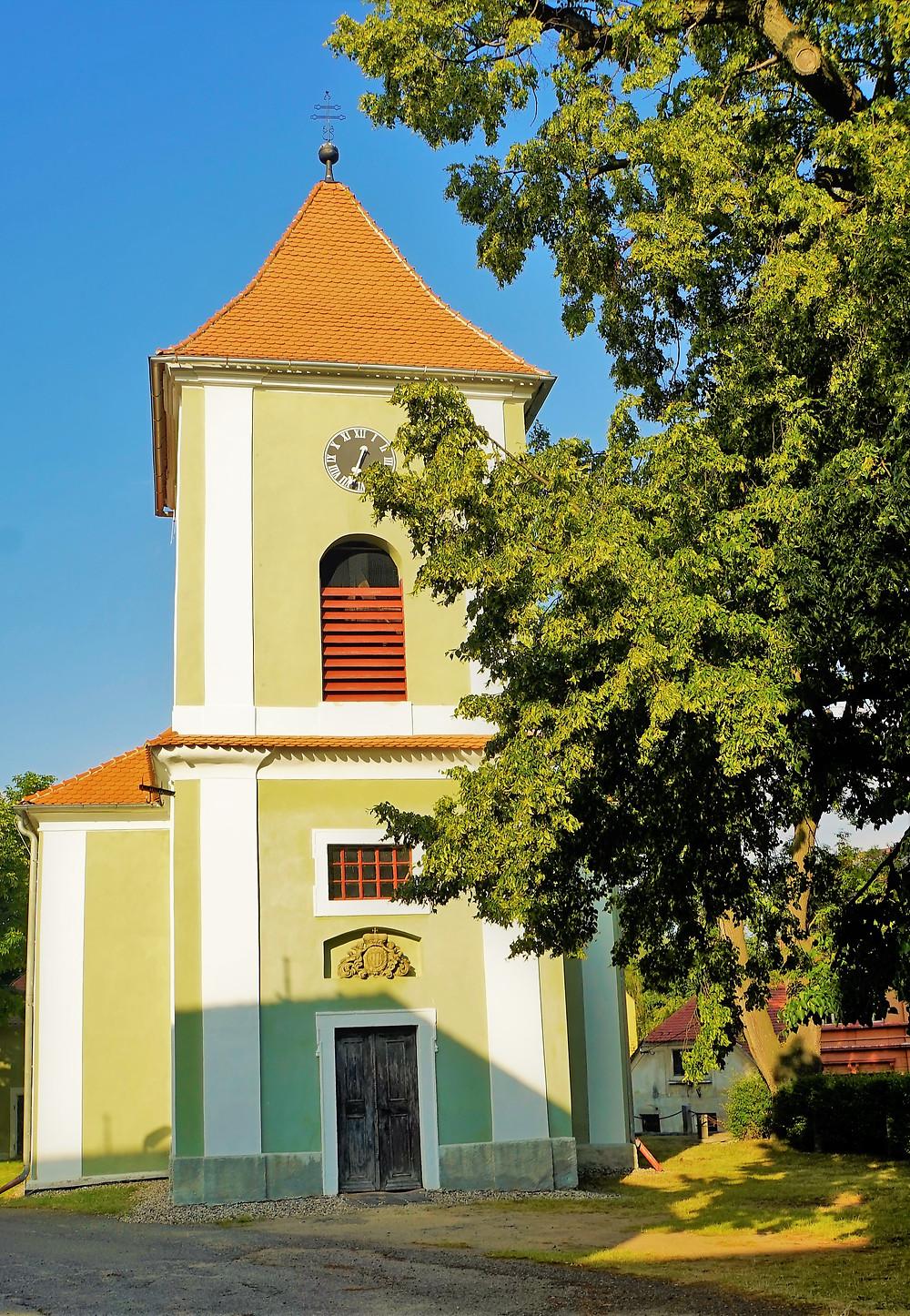 Kostel svatého Mikuláše v Nepomyšli má dva zvony s nádherným hlasem, které ulil zvonař Wildt v Jáchymově