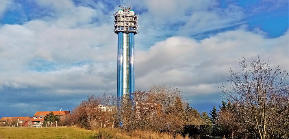 Věžový vodojem na Děvíně nabíral vodu až z Jesenice a měl za úkol zásobovat tekutinou celé Jihozápadní město