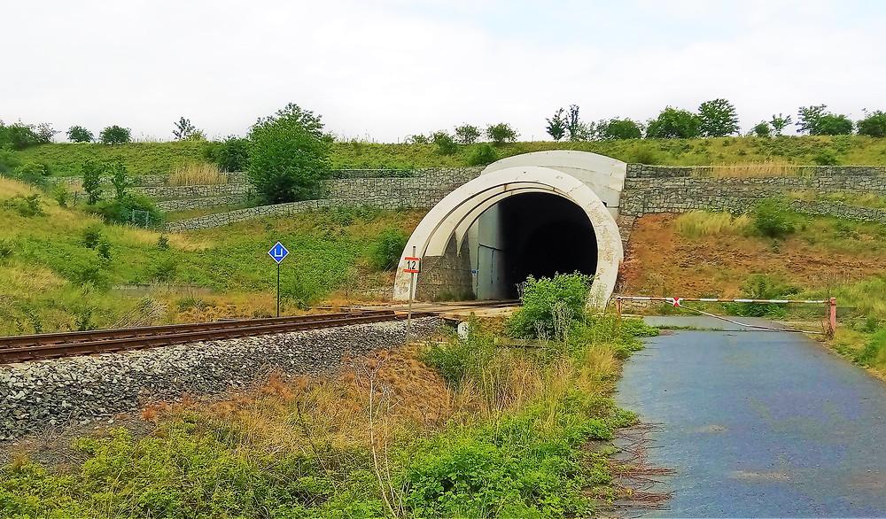 Ústí druhého nejdelšího tunelu v České republice; Březenský tunel měří 1758 metrů