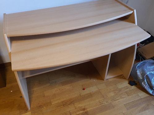 Schreibtisch  mit 2 Ebenen.