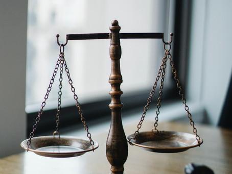 Warum sich Wirtschaftswissenschafts-Studiernde mit rechtlichen Themen auseinandersetzen sollten