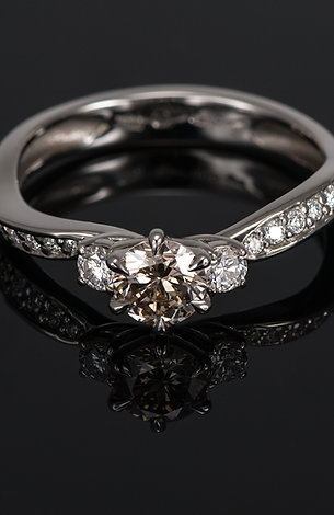 Inel din aur alb de 14k cu diamante de 0.64 ct.