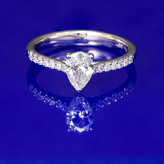 Inel din aur alb de 14k cu diamant pear in total de 0.64 ct.
