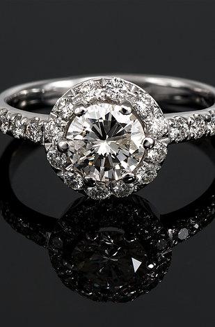 Inel de logodna din aur alb de 14 k cu diamante in total de 0.91 ct.