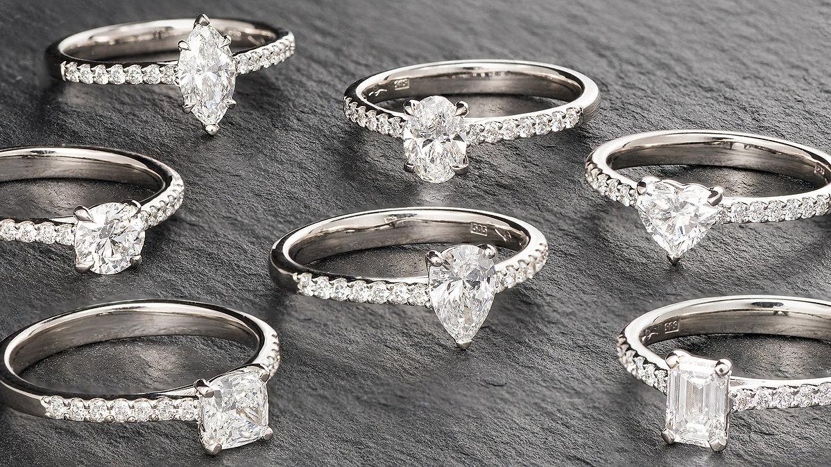 Modele de inele din aur alb de 14k, realizate integral in atelierul nostru cu diamante in forme diferite: round, oval, marquise, pear, heart, cushion si emerald.