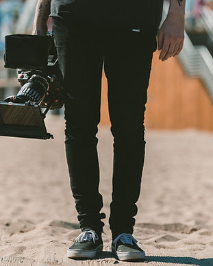 Muž drží kameru