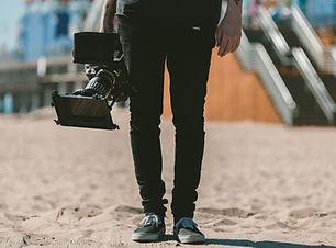 Mann, der Kamera hält