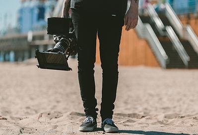 Hombre que sostiene la cámara