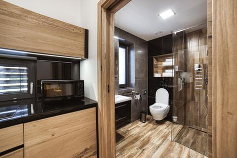 Kuchyňa a pohľad kúpeľne