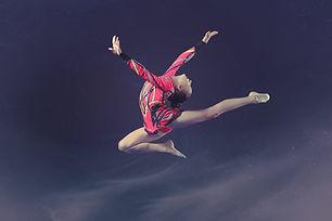 Turnerin der Luft schwebend