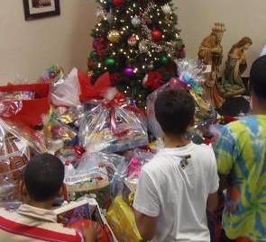 Empleados entregan regalos en la Casa Manuel Fernández Juncos