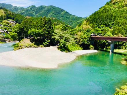 全国で「仁淀ブルー」と呼ばれる日本でも数少ないエメラルドグリーンの水面が特徴です!