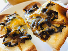 とろけるチーズと金平でトースト