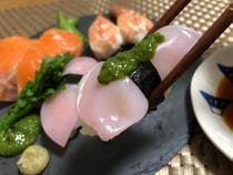 梅酢で染めた白きくらげのお寿司