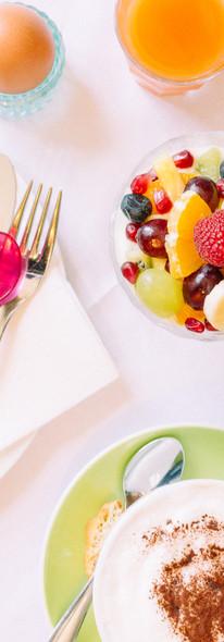 Schloßgartenfrühstück mit gekochtem Ei und fruchtigem Müsli