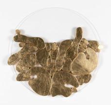 """""""III. İstif"""" Serisinden 23, 2018 Pleksi üzerine şasiye gerilmiş parşömen ve altın varak Ø 70 cm"""