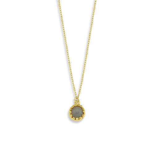 ay taşı benekler içine hapsolmuş altın kaplama yapılmış kolye zarif, gün boyunca boynunuzda taşıyabileceğiniz