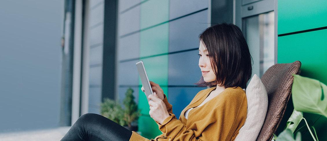 Mujer en su tableta