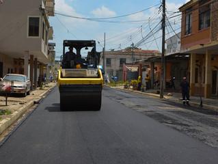 Alcaldía de Pasaje realizó asfalto en las calles Tarqui y Atahualpa.