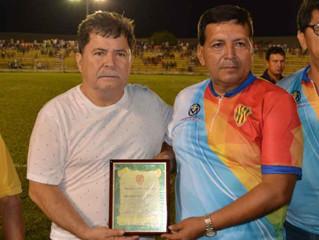 Liga Deportiva Cantonal entregó placa de reconocimiento al Alcalde