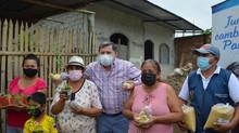 Alcalde César Encalada proporciono kits semilla, pavitos y plantas de arándanos.