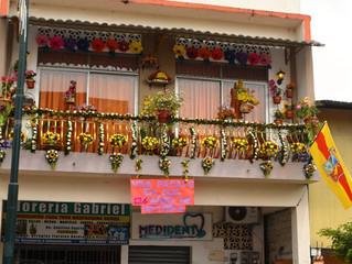 Balcones floridos en homenaje a fiestas patronales