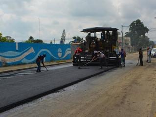 Alcaldía de Pasaje en convenio con la prefectura ejecuta asfalto de avenida Quito.