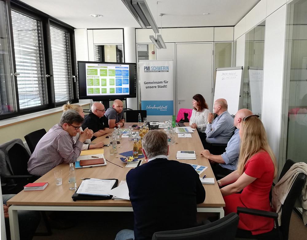 Vorstand und Mitglieder der PMI besprechen sich zum Marketing