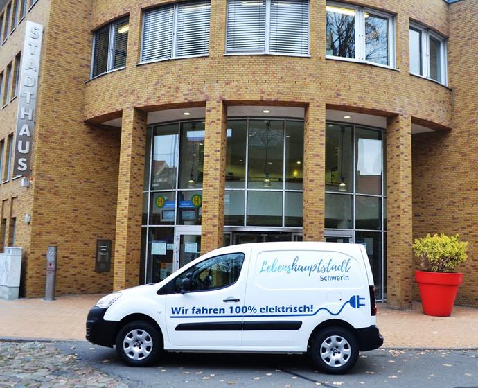 Logo der Lebenshauptstadt Schwerin ziert das neue Elektroauto der Stadtverwaltung
