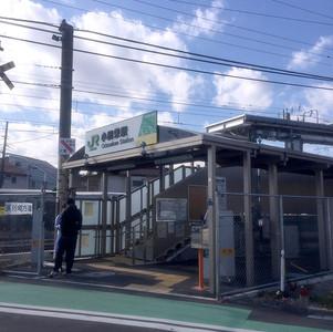 スキマ家具のような「小田栄駅」とサビサビの「浜川崎駅」