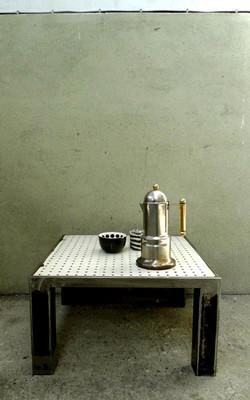 Table basse perforée