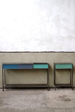 Consoles aux tiroirs colorés